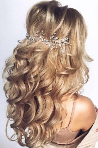 Long Accessorized Party Hairstyles For Wavy Hair #hairstylesforwavyhair #christmashairstyles #hairstyles #wavyhair