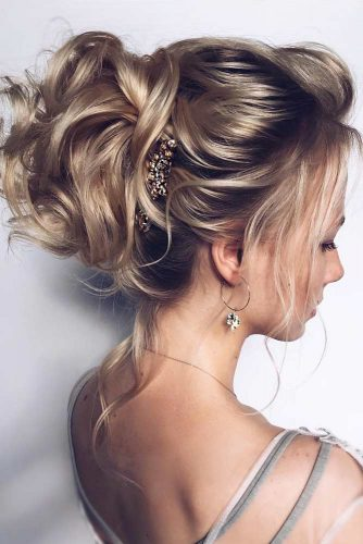 Blonde Updo Hairstyles For Wavy Hair #hairstylesforwavyhair #christmashairstyles #hairstyles #wavyhair