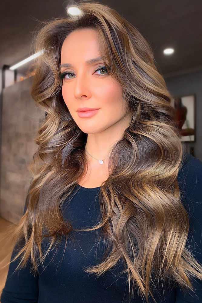 Braon dugačka kosa sa zlatnim pramenovima