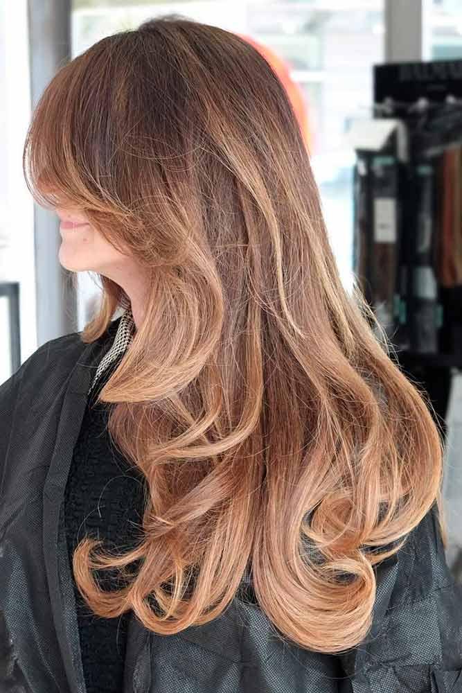 Devojka sa dugačkom nijansiranom svetlo smeđom kosom