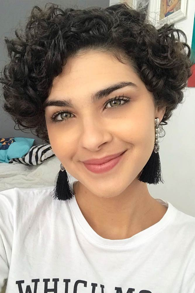 Side Swept Bangs And Curly Hair #shortcurlyhairstyles #curlyhairstyles #pixiehaircut #hairstyles