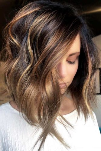 Beach Wavy Hairstyles For Brunette Girls A-line Haircut #beachhairstyles #wavyhair #mediumlengthhairstyles #longbob #caramelhighlights