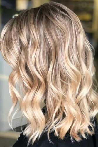 Trendy Beach Wavy Hairstyles With Blonde Highlights #beachhairstyles #wavyhair #mediumlengthhairstyles #longbob #blondehighlights