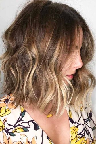 Beach Wavy Hairstyles For Brunette Girls With Blonde Highlights #beachhairstyles #wavyhair #mediumlengthhairstyles #longbob #blondehighlights