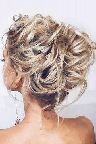 Stunning Prom Updos For Blonde Hair Messy Style #updohairstyles #longhair #promhairstyles #promhair #hairstyles