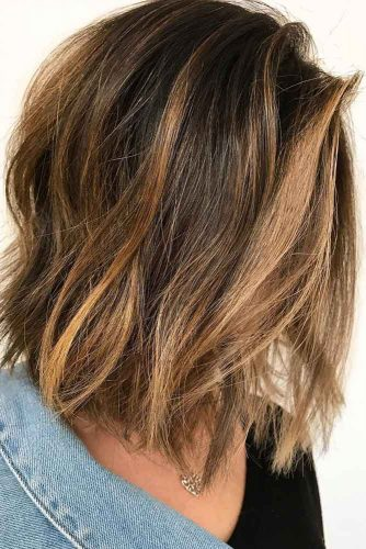 Medium Hairstyles For Brunette Girls With Caramel Highlights  #mediumhairstyles #mediumlengthhair #shoulderlengthhair #hairstyles #brunettehair