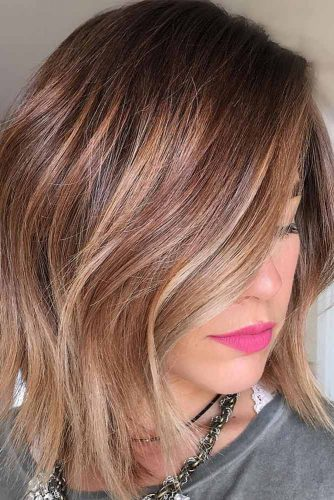 Medium Hairstyles For Brunette Girls With Caramel Balayage  #mediumhairstyles #mediumlengthhair #shoulderlengthhair #hairstyles #brunettehair