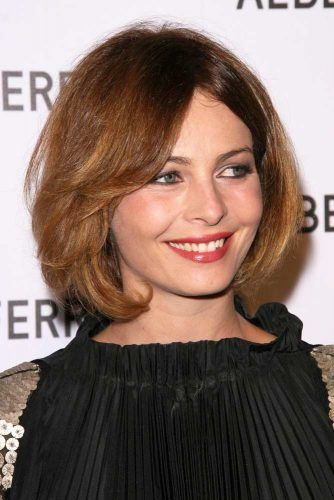 Straight Bob With Long Center Parted Bangs #mediumbob #mediumbobhaircuts #haircuts #bobhaircuts
