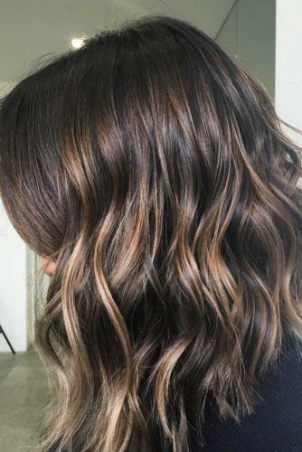 Middle Parted Messy Layered Hairstyles #mediumlengthhairstyles #mediumhair #layeredhair #hairstyles