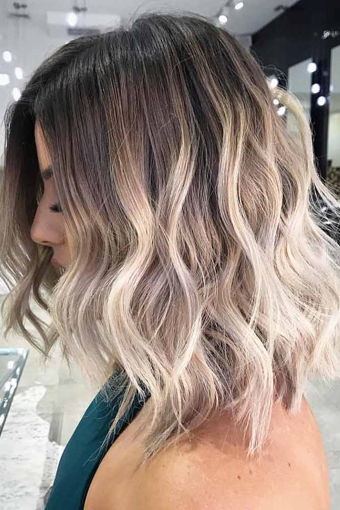 Middle Parted Wavy Medium Hairstyles #mediumlengthhairstyles #mediumhair #layeredhair #hairstyles