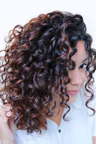 Lovely Curly Hairstyles With Caramel Highlights #shoulderlengthhair #longbob #hairstyles #curlyhair #caramelhighlights