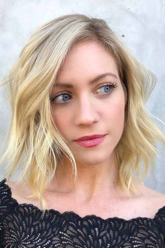 Eye-Catching Medium Blonde Layered Bob With Side Part #shorthaircuts #bobhaircut #blondehair #layeredhair #sidepart