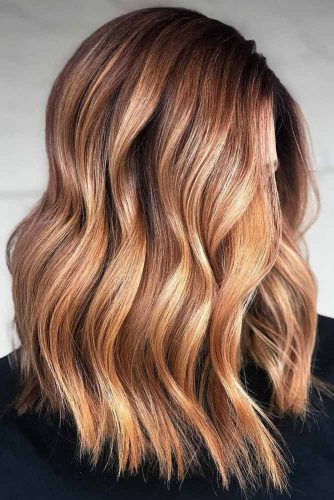 Wavy Medium Length Hair Golden And Caramel Highlights  #mediumhairstyles #mediumhair #hairstyles #wavyhair #caramelhighlights