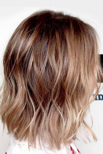 Messy Hairstyles For Medium Length Hair Caramel Highlights  #mediumhairstyles #mediumhair #hairstyles #wavyhair #caramelhighlights