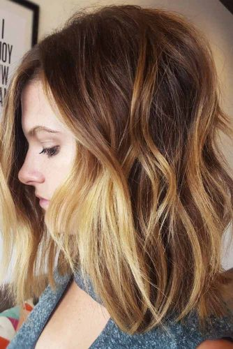 Messy Hairstyles For Medium Length Hair Golden Highlights  #mediumhairstyles #mediumhair #hairstyles #wavyhair #goldenhighlights