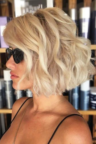 Side Parted Wavy Short Bob Hairstyles #shortbobhairstyles #bobhairstyles #hairstyles #wavyhair #blondehair