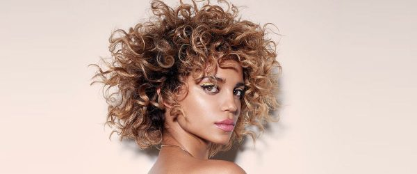 21 Easy Styles for Short Curly Hair to Attract Attention
