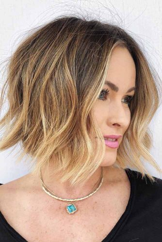 Middle Part Short To Medium Wavy Bob #wavyhair #hairtype #hairstyles #bobhaircuts #goldenhighlights