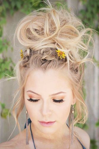 Natural Flowers For Updos Messy Knot #updo #messyhair