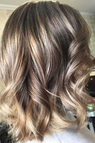Middle Parted Wavy Medium Hairstyles #mediumhairstyles #mediumhaircuts #hairstyles #wavyhair #longbob