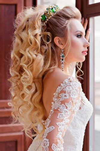 Exquisite Wedding Curls #halfuphalfdown #curlyhair #blonde #bridalcrown