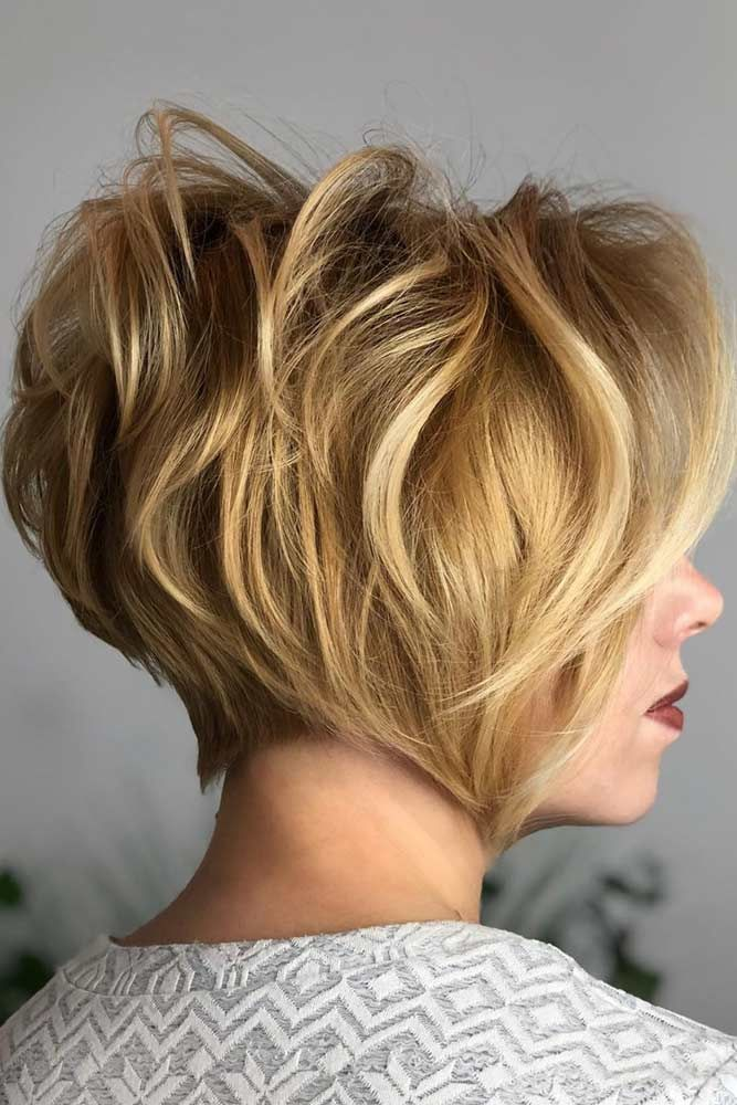 Sandy Layered Wavy Pixie Bob #shortwavyhair #wavyhair #haircuts #shorthair