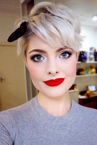 Pretty Blonde Pixie With Headband #shorthaircuts #shorthaircutsforgirls #haircuts #pixiecut #blondehair