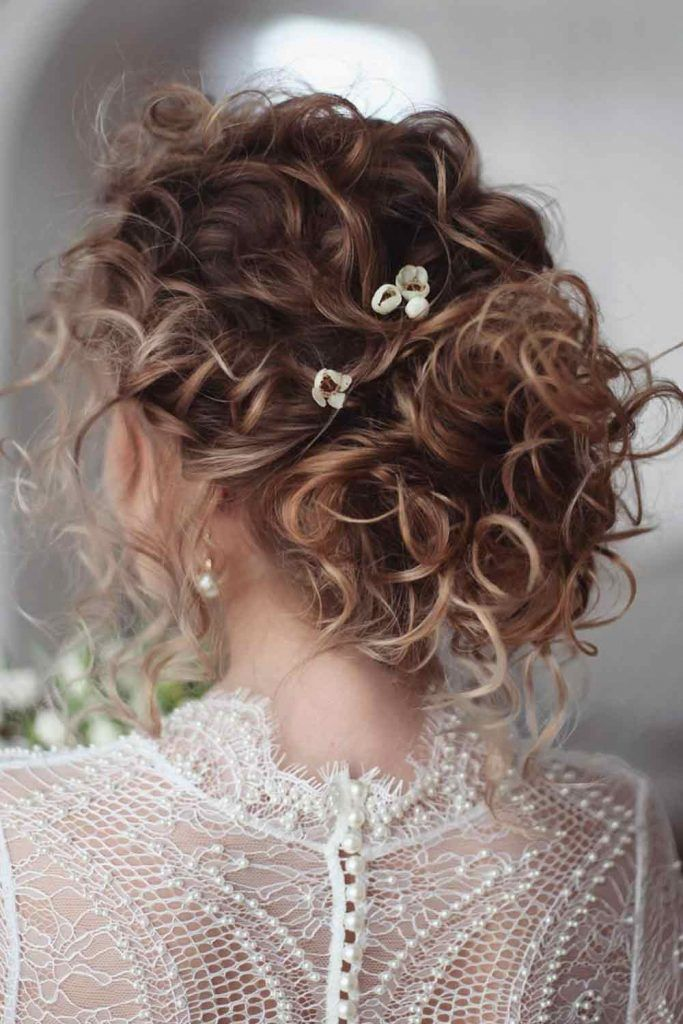 Messy Curly Updo #curlyhairstyles #updos