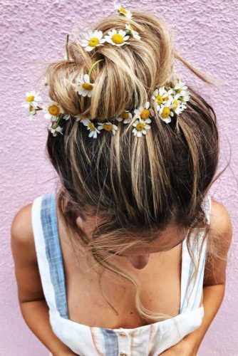 High Messy Bun With Daisies #updo #hippiehairstyles
