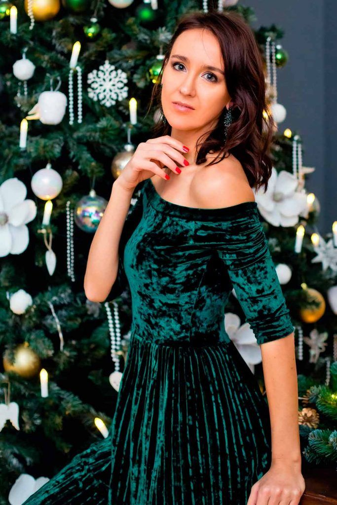 Shiny Velvet Blouse With Simple Wavy Hairstyle hairstyles for strapless dresses, hairstyles for weddings party, hairstyles for christmas party