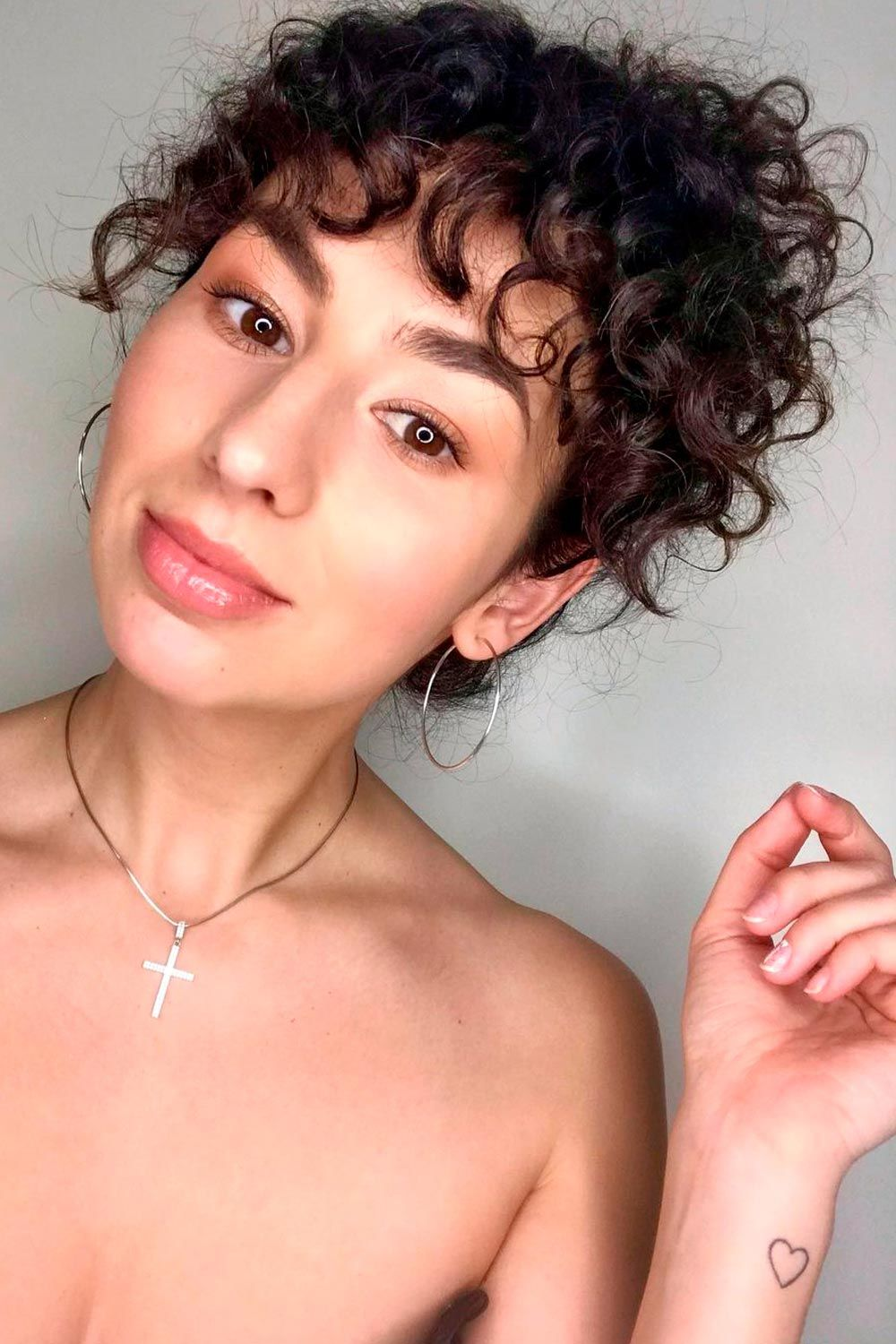Curly Hair Bangs Trend, layered curly hair with bangs, how to style curly bangs, curly hair with bangs and layers